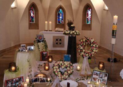 Trauerfeierdekoration mit persönlichen Photos in der evangelischen Kirche in Bavendorf