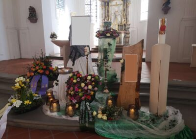 Dekoration mit selber gestalteter Urne und Sterbebrett in der Kirche in Wolfegg